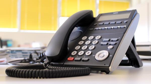 Funkcje i parametry tanich telefonów przewodowych